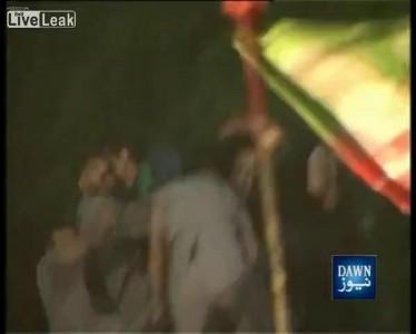 Бывшая звезда мирового крикета и политик Имран Хан упал с трибуны на предвыборном митинге в Пакистан
