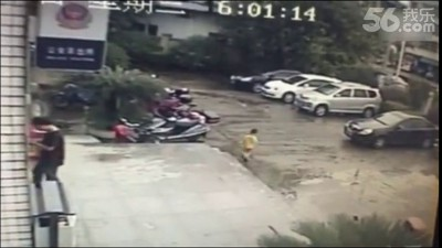 Китайский водитель наехал на ребенка