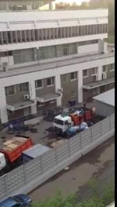 У главного здания Почты России появились мусоровозы