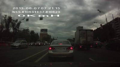 Лоси перед машиной