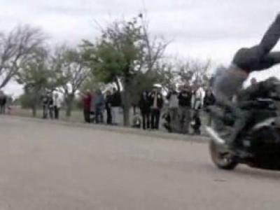 Прыжок через мотоцикл