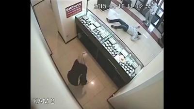 В ювелирном магазине Челябинска клиент обезвредил вооруженного грабителя. Преступник свалился на пол