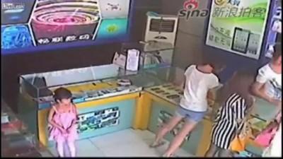 Маленькая девочка крадет ipad