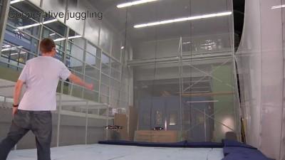 Летающие роботы жонглируют мячом