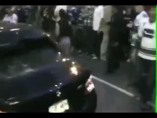 защищает свою машину от толпы