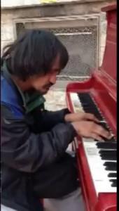 Бомж-пианист из Канады покорил Интернет игрой на пианино