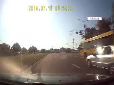 Мотоциклист вылетел на разделительную полосу и повис на знаке