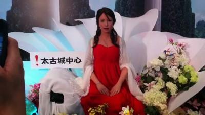 Изящная девушка-робот дала первый концерт