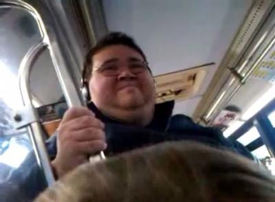 Толстяк поет в автобусе и думает что он суперзвезда