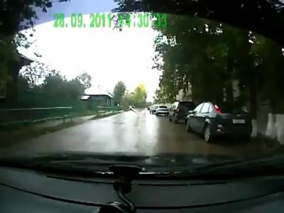 Заклинило колесо на мокрой трассе, как итог - авария