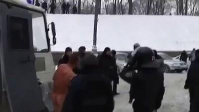 Беркут издевается над митингующим