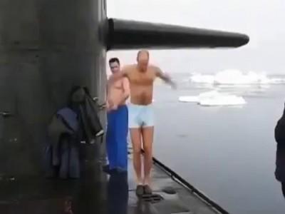 Экипаж подводной лодки России решил искупаться