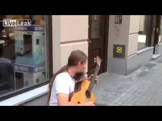 Крутой уличный гитарист