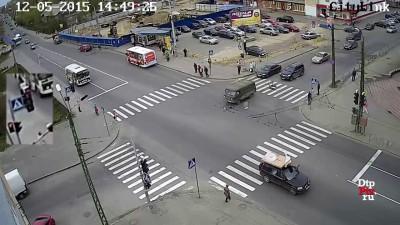 На Антикайнена маршрутный автобус протаранил «Буханку»