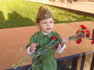 Трёхлетняя девочка у Могилы Неизвестного Солдата