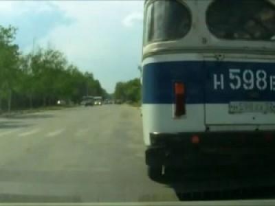 вышел из автобуса ...