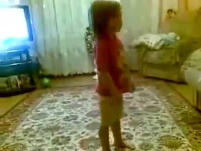 девочка ругает родителей