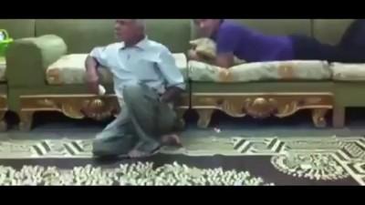 Арабский парень пошутил над отцом .
