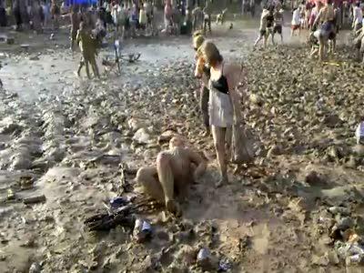 Пьяная толстуха в грязи