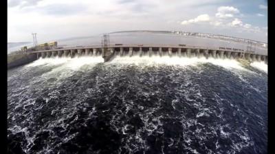 Куйбышевскай ГЭС - сброс воды.