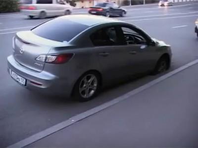 Блондинка на Mazda провалилась в открытый люк