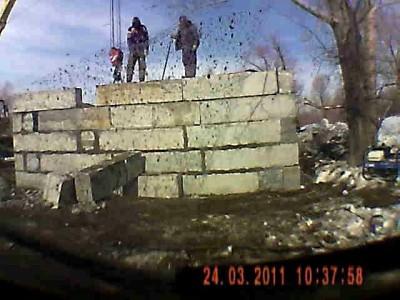 Строители и бетонный блок