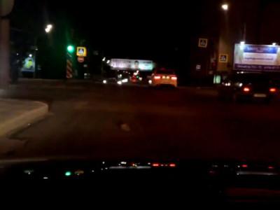 Петербургские водители помогли ежу перейти дорогу на красный