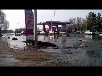 Барнаул по ул. Просторной - идет вода