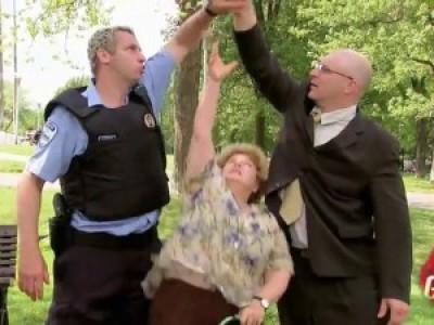 Старушка vs полицейский. Розыгрыш со скрытой камерой (Just For Laughs Gags)