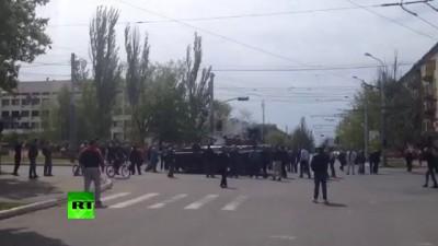 Бронетехника против безоружных людей в Мариуполе