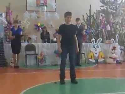 Пацан танцует ремикс