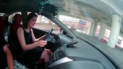 Девушка заводит машину
