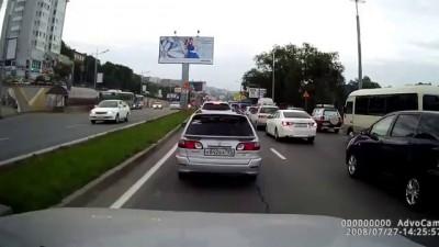Во Владивостоке пассажирский автобус рухнул с 5-метровой высоты