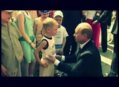 Владимир Путин целует ребенка в живот! Putin kisses boy