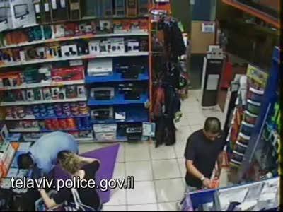 Кража в израильском магазине техники