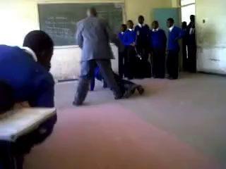 Суровый африканский учитель.