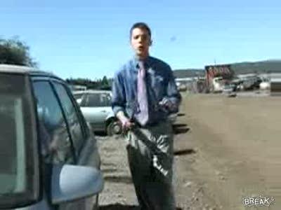 Репортер пытается разбить стекло в машине
