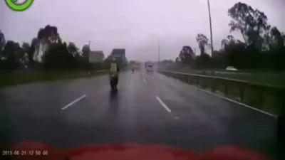 Мотоциклисту дико повезло .