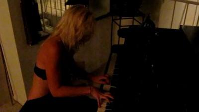 Мой любимый котенок за роялем :)