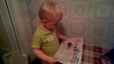 Малыш читает газету:)))