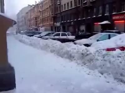 Коммунальщики бьют сосульками по машинам / Icicles hit by cars
