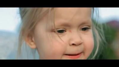 Папа похлопай, я танцевать буду. ) С такой любовью папа снял видео о своей доченьке...