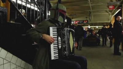 Боба Фетт играет на аккордеоне.