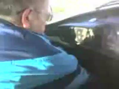 Психопат-инструктор издевается над молодым водителем