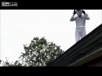 Идиот решил прыгнуть с крыши приземлиться на надувной