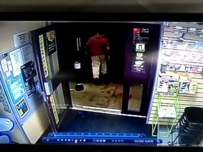 Дед защитил свой магазин шваброй.