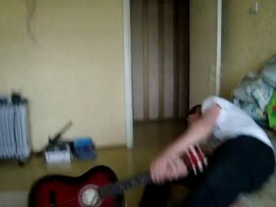 Чувак разбивает об голову гитару