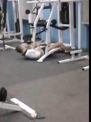 Опасный парень в спортзале