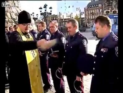 Поп благословил гаишников Украины