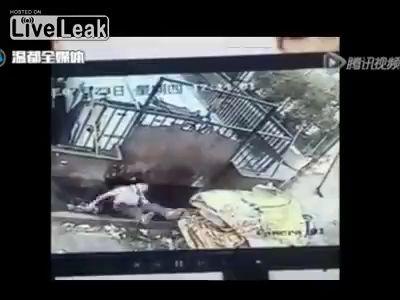 Упал в пресс для мусора